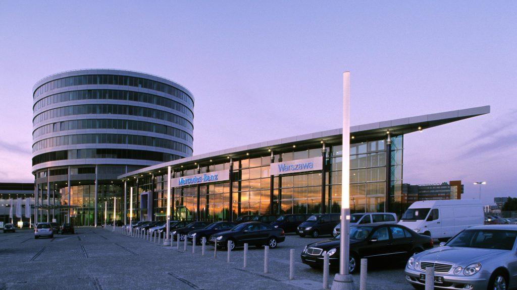 Widok budynku firmy DCI Daimler Chrysler z odbijającym się zachodem słońca w witrynie budynku